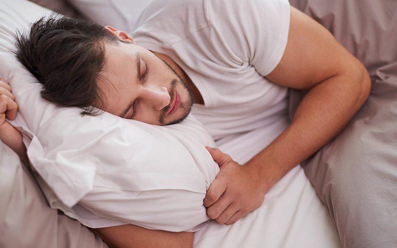 נחירות ודום נשימה בשינה – למה זה נגרם ומה הסיכונים?