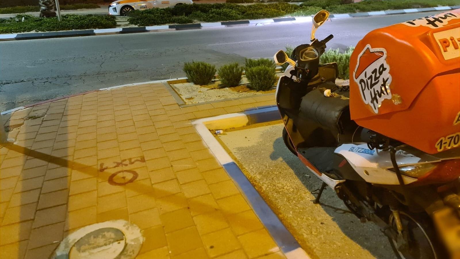 שליח פיצה החליק עם אופנוע באשדוד – מצבו בינוני