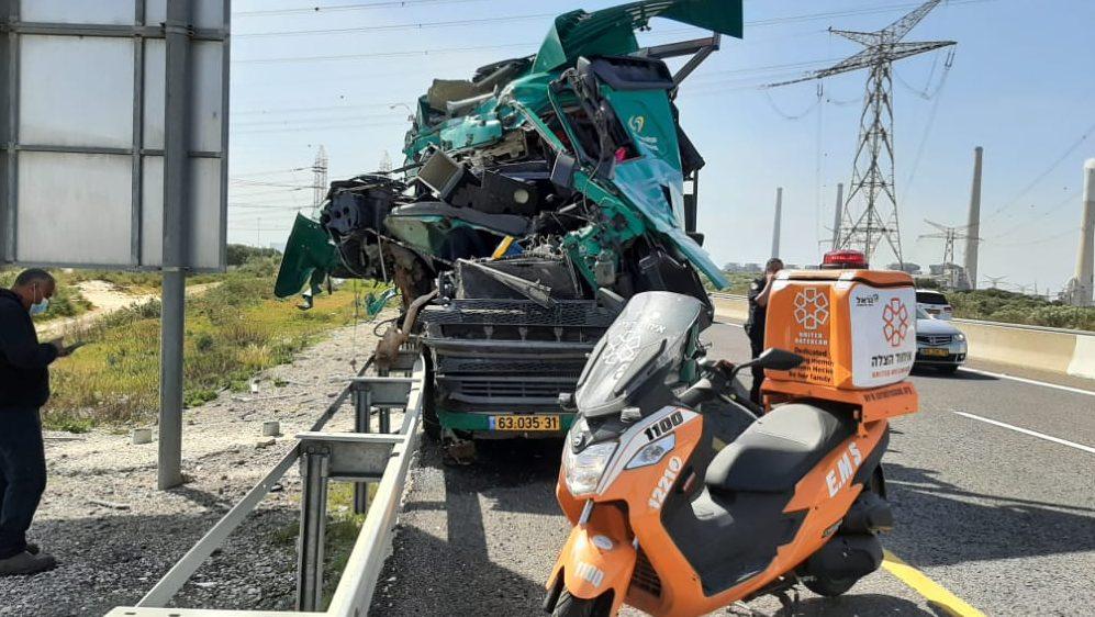 כביש 2: נהג משאית נפצע בינוני בתאונה עם משאית נוספת – עומסי תנועה במקום