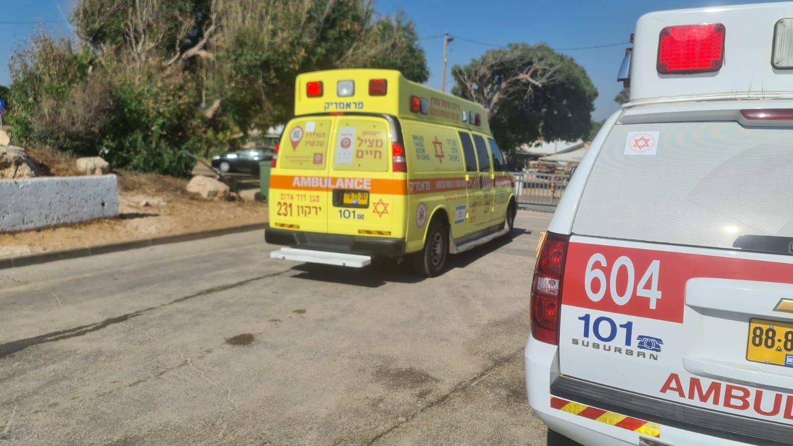 מצנח רחיפה התרסק על הסלעים בחוף הרצליה – שני פצועים פונו לביה