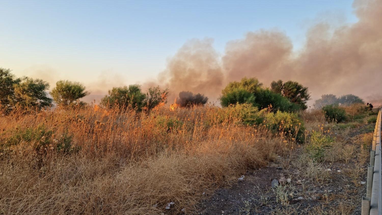 שריפת קוצים גדולה פרצה ליד טבריה – כביש 77 נסגר לתנועה