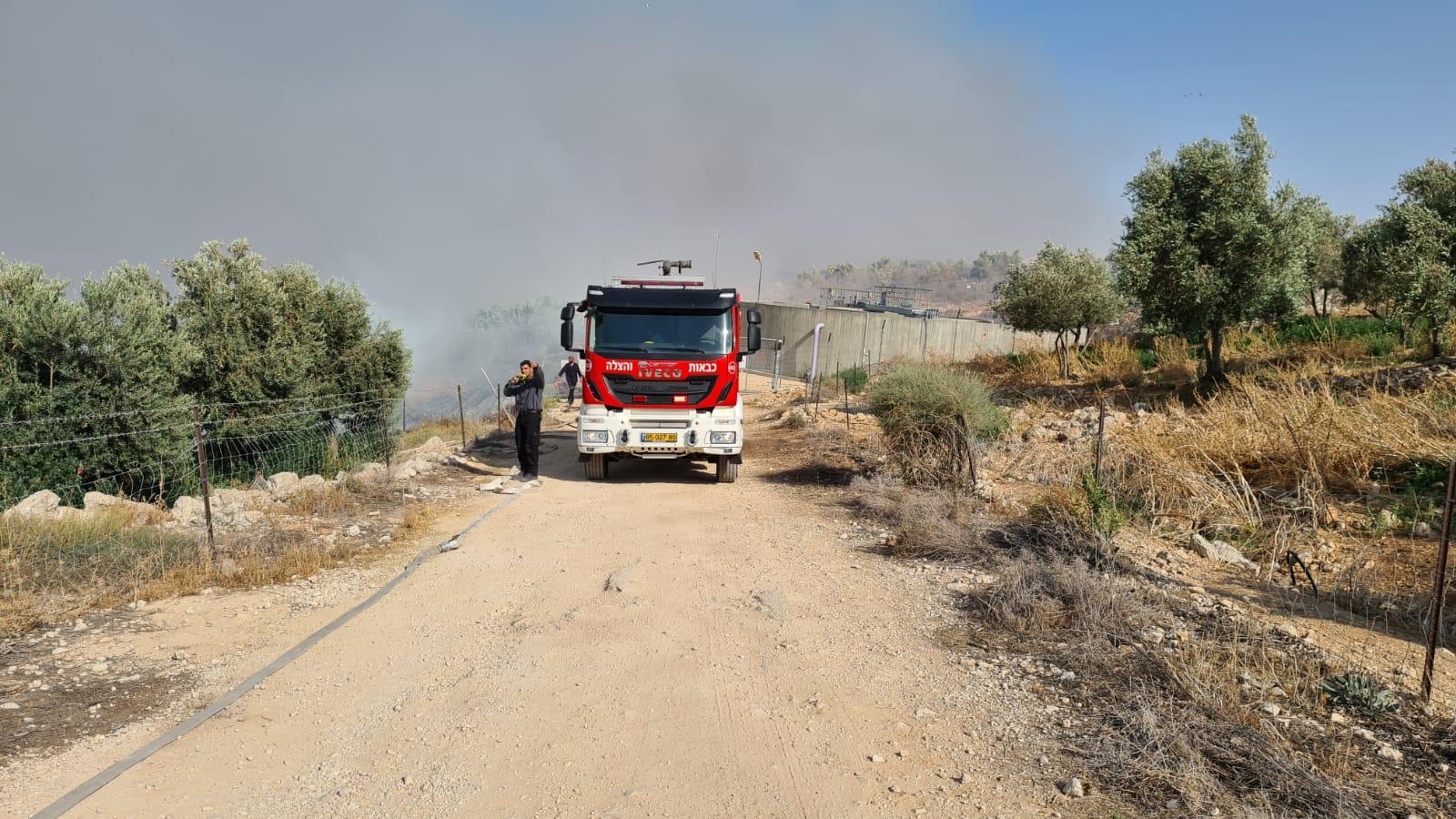 חשד להצתה: שריפה פרצה סמוך לבתי תושבים בתקוע