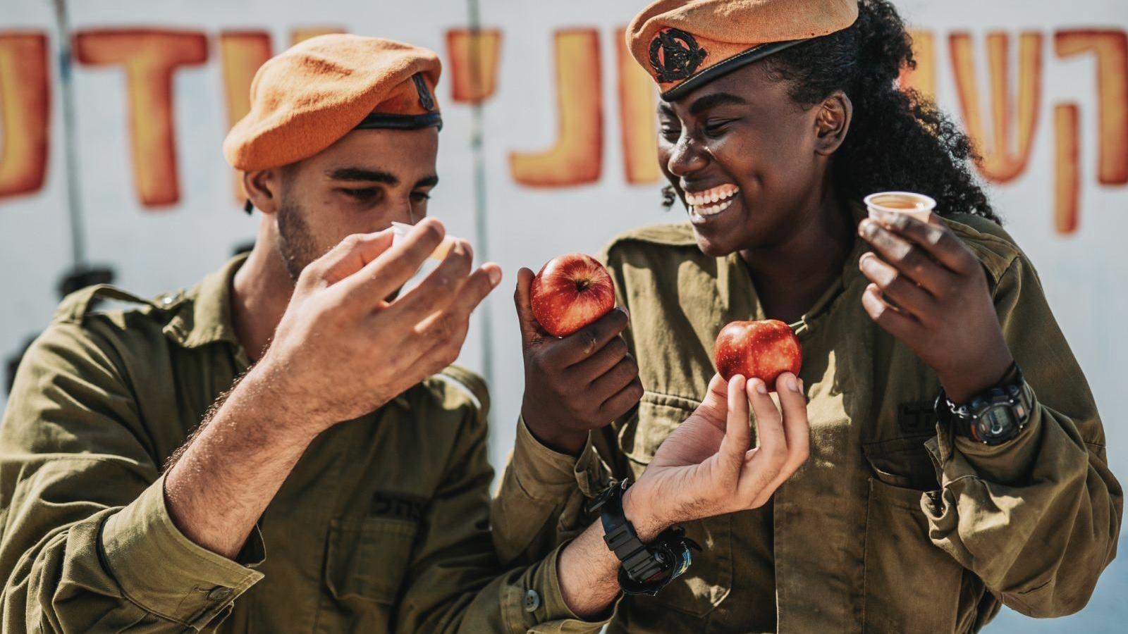 הושלמו ההכנות בצה״ל לקראת חגי תשרי – 7.2 טונות דבש יחולקו לחיילים