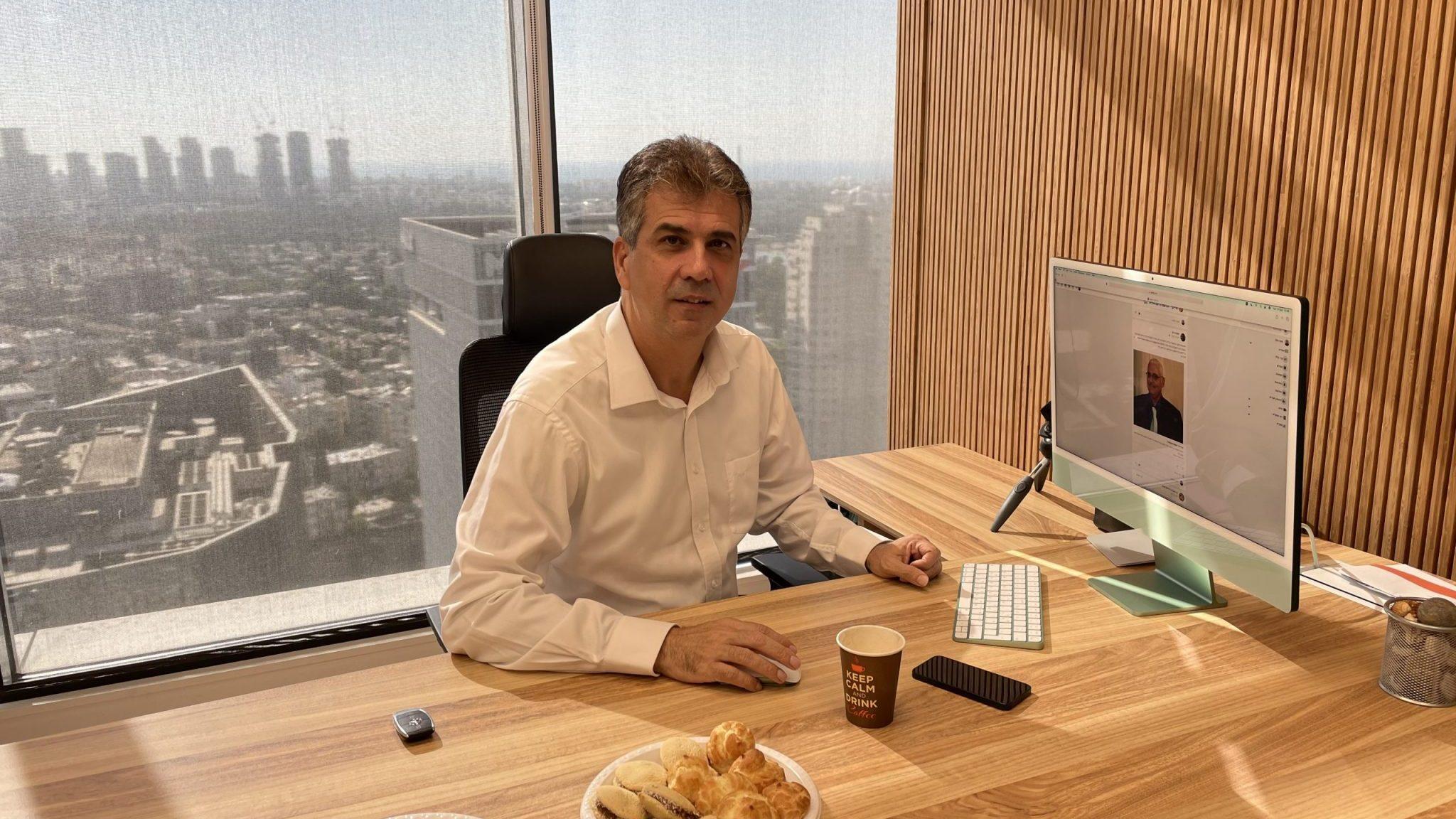 השר לשעבר ח״כ אלי כהן ערך ביקור במשרדי מייקי: ״רשת חברתית חשובה – אצטרף אליה״